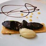 Entrée : Tarte fine de boudin noir, compotée de pommes et huile d'herbes, sorbet poire