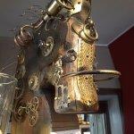 Très belle sculpture métallique d'un cheval (le nom de l'artiste est visible au bas de la photo)