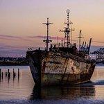 Barco abandonado en el puerto de Montevideo
