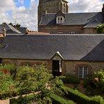 """L'annexe """"Maison du Curé"""" vue de la terrasse arrière de l'hôtel"""