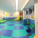 Sala mini club interna, scorcio gaia splash, giardino esterno area gioco bambini