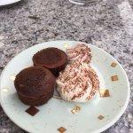 Vues superbe de notre chambre ( mdr ) et l'assiette de gâteaux sucrés sont les accompagnements d