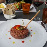 Tartare de boeuf et pain grillé aux olives