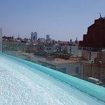 La piscine de l'hôtel sur le toit donne directement sur le Palau Guell !!!