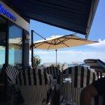 Nous avons déjeuné samedi midi et soir (sur réservation) . Un bel endroit en bord de mer ! Un vr