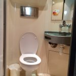 Salle de bain et toilette concentré mais dans la chambre