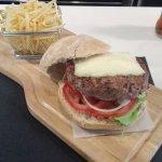 Esta es la hamburguesa de 300g que pedí para la comida y la verdad es que no se ni como logre ac