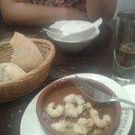 Gambas al Ajillo con pan y un poco de Vermut de grifo