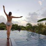 Zenitude et sérénité au bord de la piscine à débordement