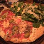 pizza de rucula (metade - super recomendado) e quatro queijos (a outra metade)