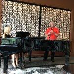 Un client qui n'avait pas sa clarinette dans sa poche a rejoint notre belle chanteuse.