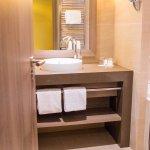 Salle de bain avec simple lavabo et baignoire