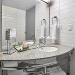 Deluxe Guest Room | Bathroom
