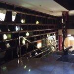 Zona de escalera mecánica de comunicación lobby-ascensores