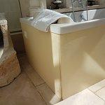 Une salle de bain au bricolage plus que dangereux... Notez bien le bouton bricolage maison...