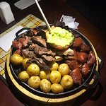 Picada carnes, morcilla y papas criollas