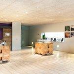 Panorámica sala cata y tienda de Bodegas Roda