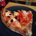 """Una fetta di """"Mezzo e mezzo"""", cioè metà pizza normale e metà """"pieno"""" (tipo """"calzone"""")"""