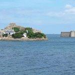 Vue sur le chateau du Taureau en arrivant par le sentier littoral
