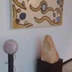 Hall de passagem com detalhes em pedras