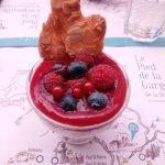 Mousse de faisselle et son coulis de fruits rouges