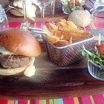 le burger Kubix au reblochon accompagné de ses frites fraiches