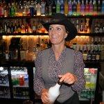 Vores søde søde bartender og værtinde.