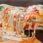Pizzas feitas com Massa artesanal da Mamma com ingredientes e molhos especiais.