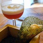 Bocadillo de vegetales encurtidos en vinagre en cono de algas y caramelo.