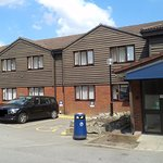Travelodge Southampton Eastleigh: The wall of weeds-sold as a relaxing river view; the white tow