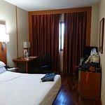 Habitación pequeña con colchón muy blando.