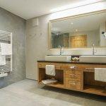 Großzügige neue Badezimmer