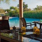 Dîner en terrasse à proximité de la piscine