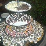 Buffet di cioccolata in giardino accompagnato dalla musica del piano bar
