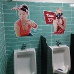 O banheiro masculino conta com um clima descontraído que remete a década de 50.