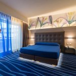 Deluxe - letto matrimoniale o letti separati, ampio balcone vista piscina e mare, idromassaggio