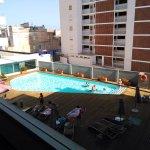 Vistas desde el balcón a la zona de la piscina.