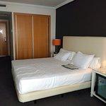 Habitación co cama extra grande de matrimonio.