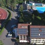 Unser Hotel ist idyllisch gelegen. Ein öffentliches Schwimmbad ist von uns aus nutzbar.