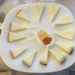 Antipasto di formaggi stagionati, semistagionati e freschi