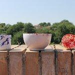 tazza in blu, bolo e coppetta pinzimonio in rosso. Presso Bastione di Sapia.