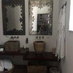 Me encanto las habitaciones son amplias , limpias , cómodas , la tina está fantástica y la cama