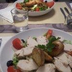 Une salade poulet et une autre végétarienne