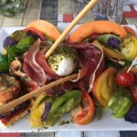 Salade italienne : jambons, moza, melons ....