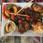 Salade complète végétarienne avec des galettes de quinoa et de la purée d'aubergine