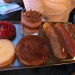 Vues de l'intérieur du Café Central, de la terrasse et des desserts (en fin de service il est vr