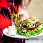 burger z tłuczonym avocado, jalapenio,serem cheddar,pomidorem,opiekanymi ziemniakami i domowym s
