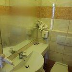 Petite salle de bain en état moyen