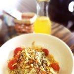 Ensalada de quinua,zanahoria,tomate cherry,cebolla,palta,tocino,chía,almendras y dressing de nar