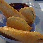 Tempura de calabacín y berenjena con humus de lentejas